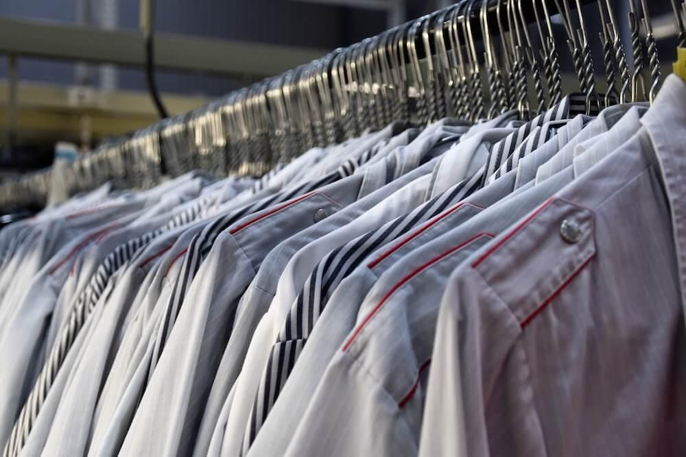 Odzież robocza dla pracowników. Jaki materiał nada się na nią najlepiej?