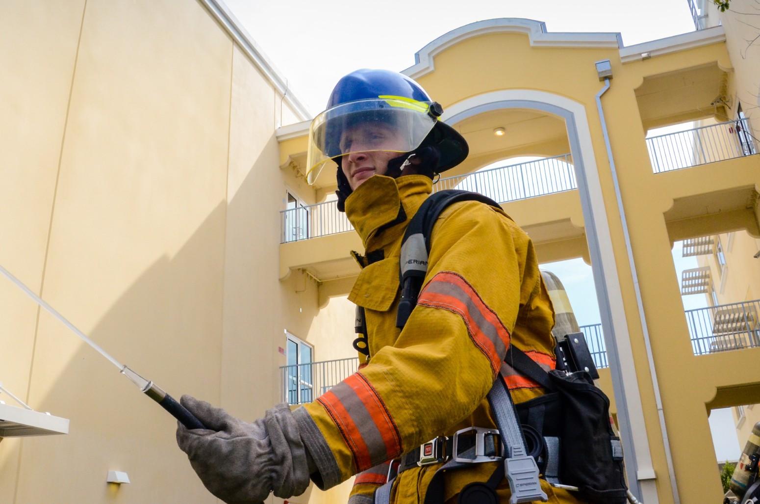 Strój strażaka w czasie akcji ratunkowej. O jakich jego elementach nie można zapomnieć?