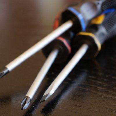 Obowiązkowy zestaw narzędzi majsterkowicza – jakie rodzaje śrubokrętów okażą się niezbędne?