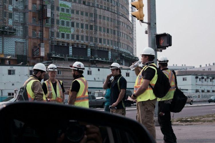 W co powinien być wyposażony każdy pracownik budowy – zadbaj o swoje bezpieczeństwo podczas pracy